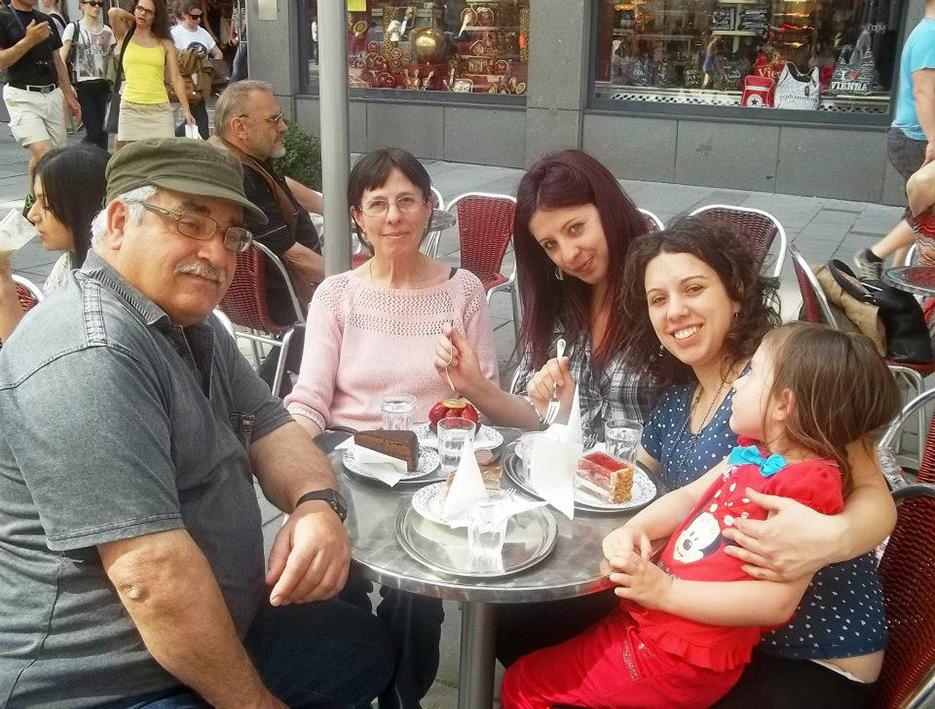 Una famiglia unita che condivide progetti
