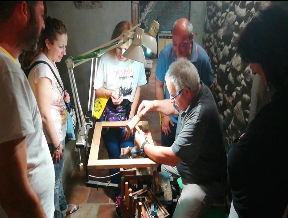 Papà mostra la sua arte di intaglio su noce